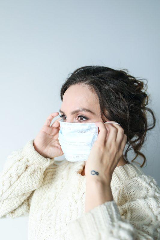 femme portant masque anti covid19